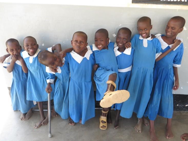 Škeriace sa dievčatá v školskej uniforme