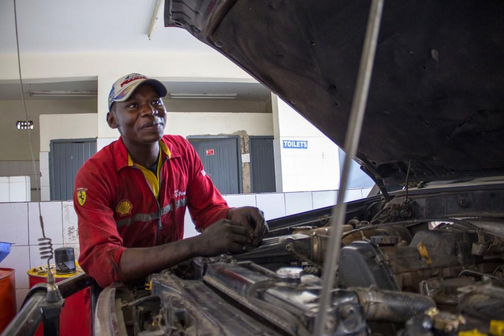 James Chege absolvoval rehabilitáciu v Mwangáze v roku 2014, vyučil sa za automechanika a už druhý rok pracuje.