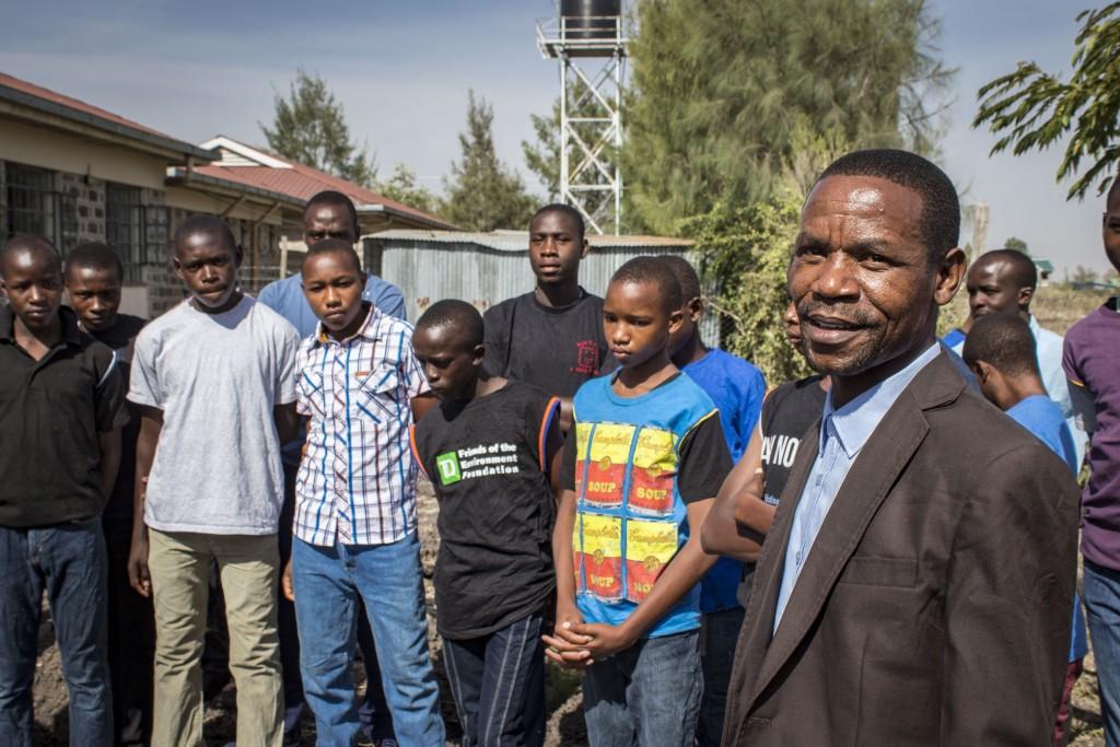 Riaditeľ Mwangazy John Ombasa a jeho zverenci.