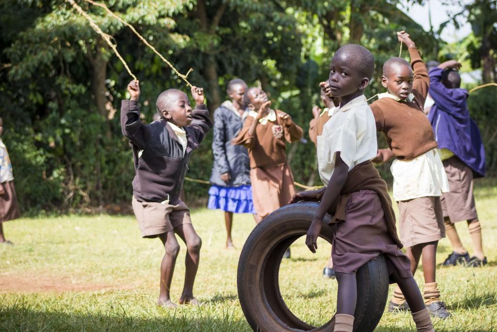 Cez prestávky sa deti radi zabavia so švihadlami, gumou aj starými pneumatikami.