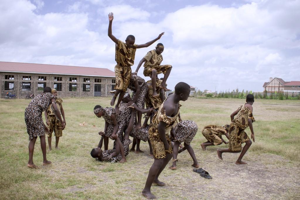 Chlapci v Mwangáze sa venujú aj tréningu akrobacie.