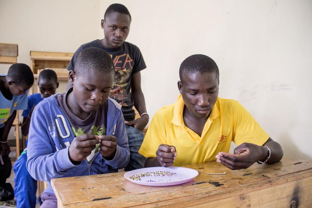 Musa a Felix vyrábajú pozdrav po pre Dobrú Novinu