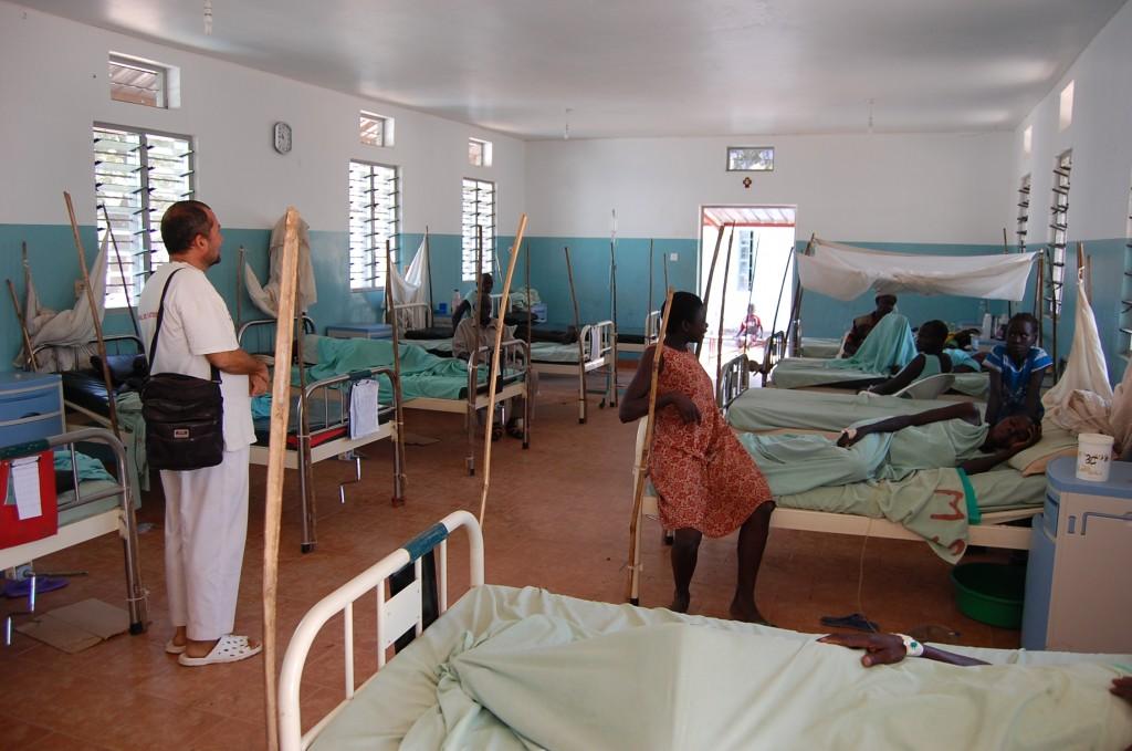 Dr. Rosario počas rannej vizity