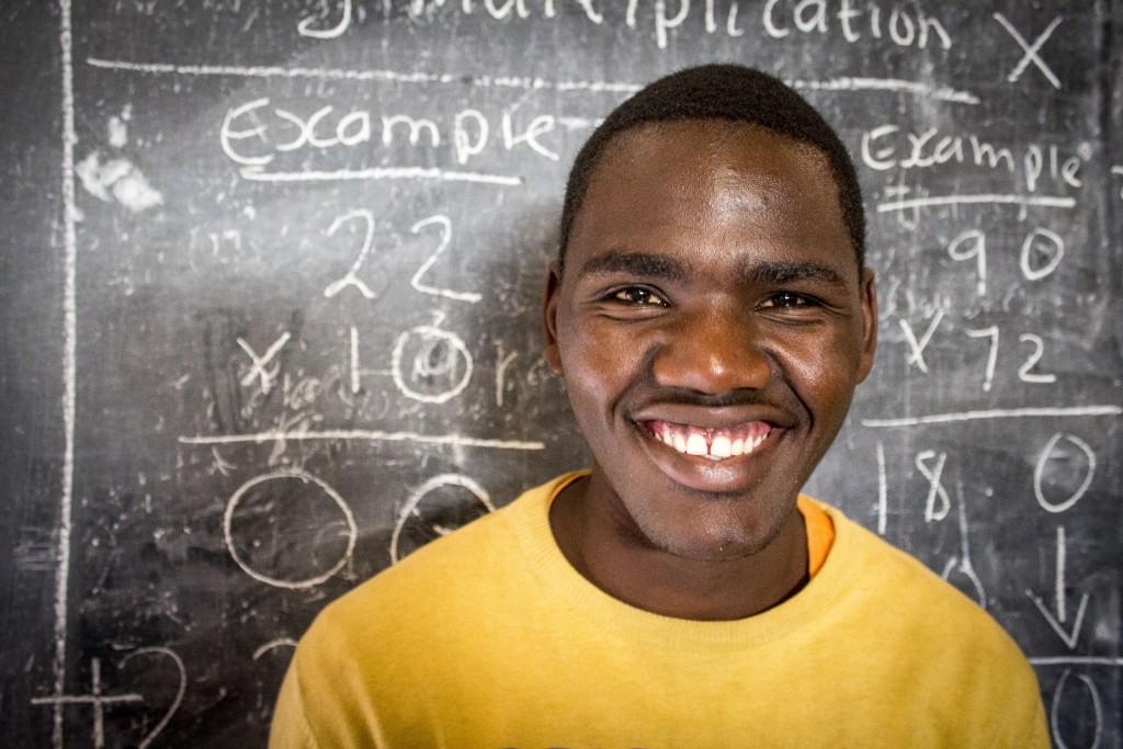 Alex Mawira je úspešný absolvent projektu. Zakládnú školu vďaka projektu ukončil v 18 a teraz pokračuje v štúdiu – učí sa za údržbára