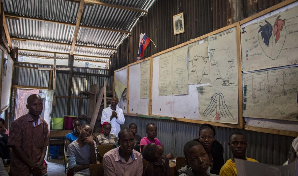 Žiaci a učitelia v triede projektu v slume Mukuru Kayaba, vedia, že program aj funguje vďaka koledníckej zbierke zo Slovenska.