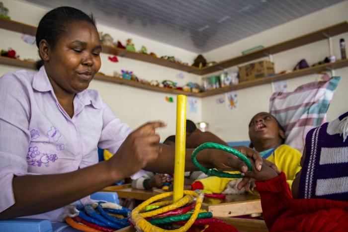 Opatrovateľka Christine Katui precvičuje s deťmi jemnú motoriku