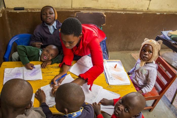Pani učiteľka Susan Nalianya má veľkú trpezlivosť, no i radosť z pokrokov jej zverencov