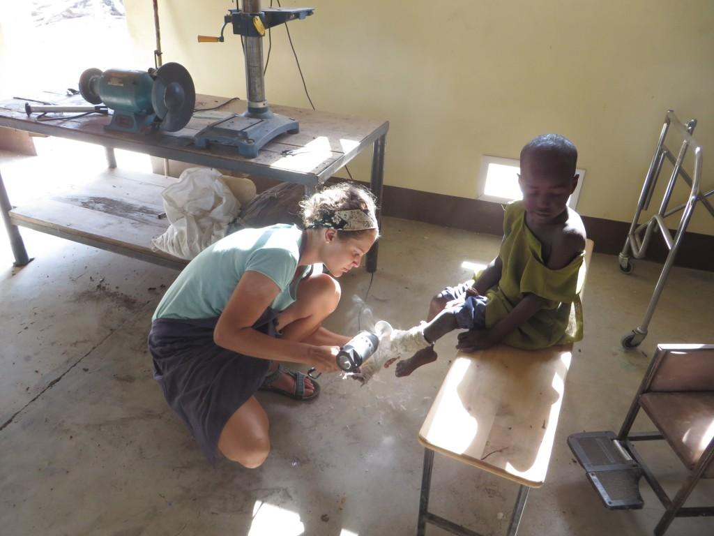 Dobrovoľníčka Lucia Mitasová pracuje na sadre pre malého pacienta