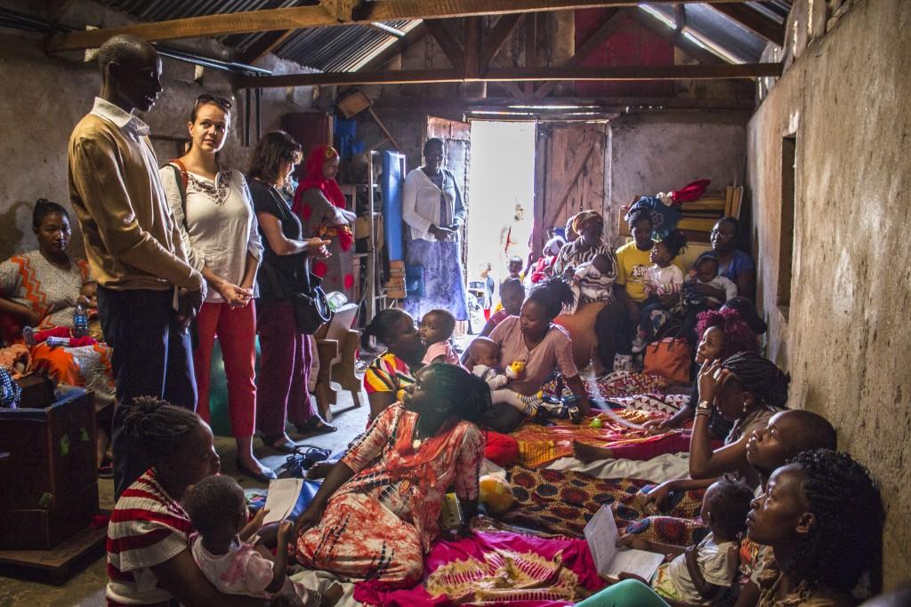 Pracovníci a dobrovoľníci SEPu sa venujú deťom s postihnutím a ich rodičom v komboniánskom zdravotnom programe v slume Kariobangi