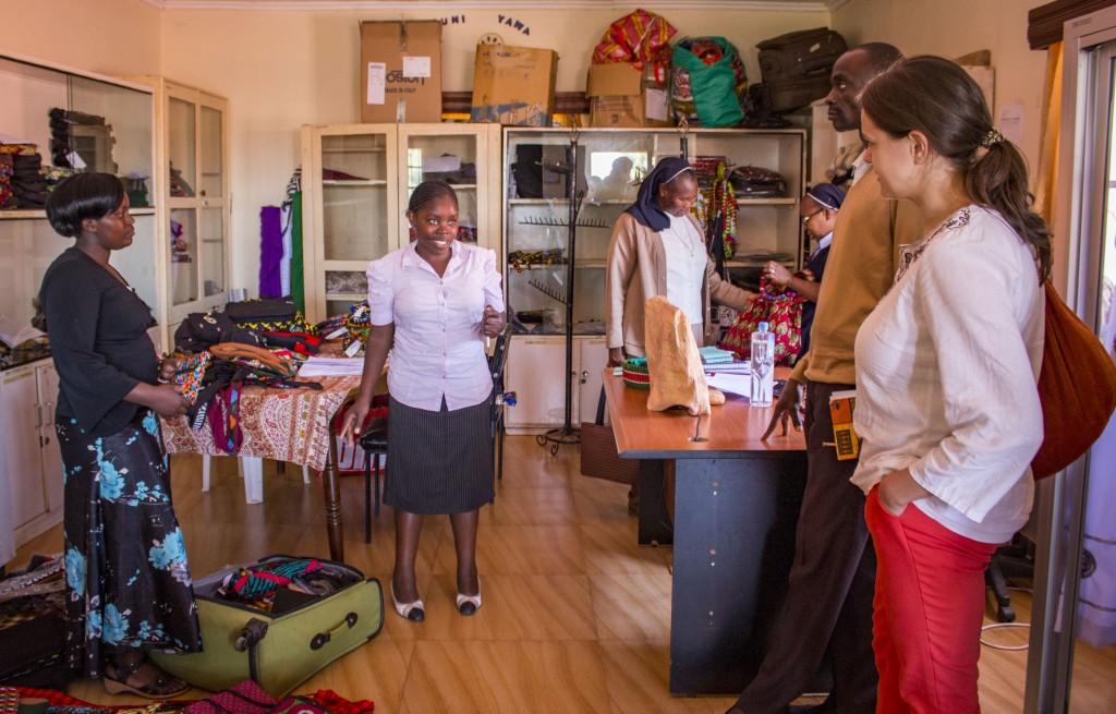 Loise a Mildred, ktoré majú na starosti predaj vysvetľujú koordinátorke koledníckej kampane Anke, ako sa im darí predávať ich pekné a kvalitné produkty.