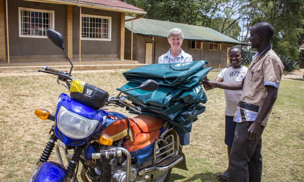 Centrum sa usiluje získať príjem na svoje fungovanie. Nedávno začali vyrábať nepremokavé obaly pre nemocničné matrace a už sa im ich darí aj predávať.