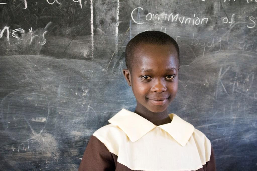 Dvanásťročná Stela Chebet zo Základnej školy Sv. Františka sa spolu so spolužiakmi a učiteľmi modlí za mier v Keni.
