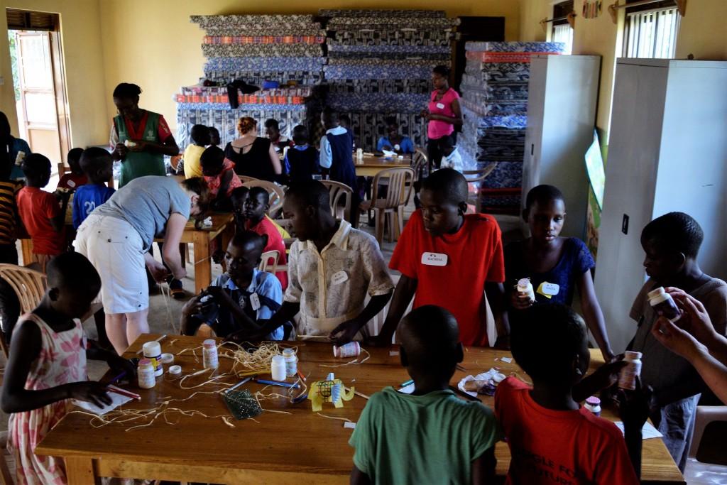 Tvorivé dielne na víkendovom tábore pre našich detských pacientov, Buikwe 2017