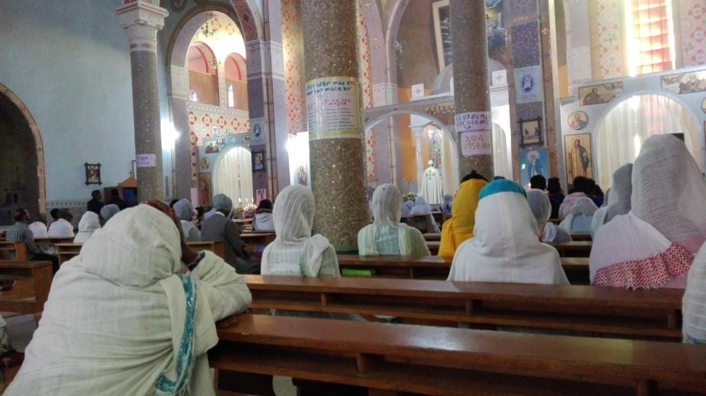 Katedrála v Adigrate. Ženy chodia na omše so zahalenými hlavami a sedia vpravo, muži vľavo
