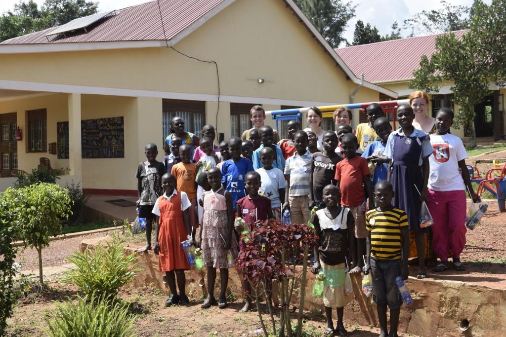 Spoločná foto na konci víkendového tábora pre detkých pacientov kliniky, Buikwe 2017