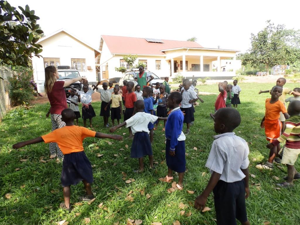 Spoločná rozcvička počas poobedného stretka, Buikwe 2017