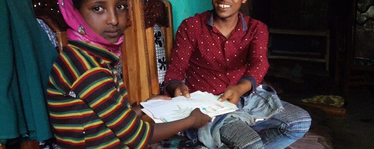 Listy od detí odovzdal Zamzam koordinátor programu komunitnej rehabilitácie Dereje Kebede.
