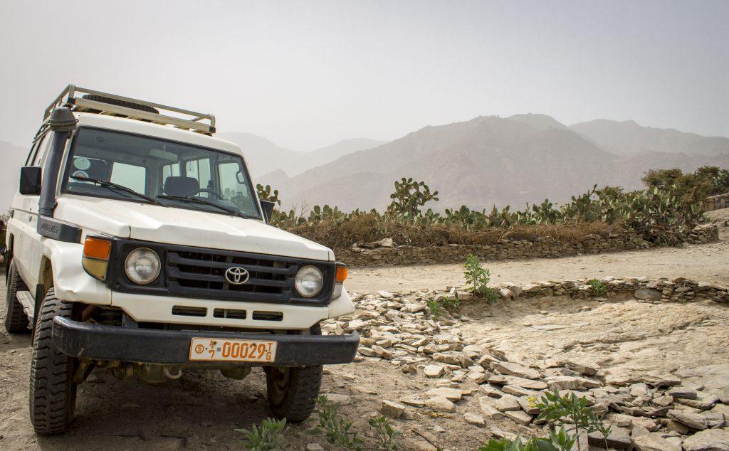 Sanitka zdravotného strediska má podobu terénneho auta, aby dokázala bezpečne jazdiť na kamenistých cestách.