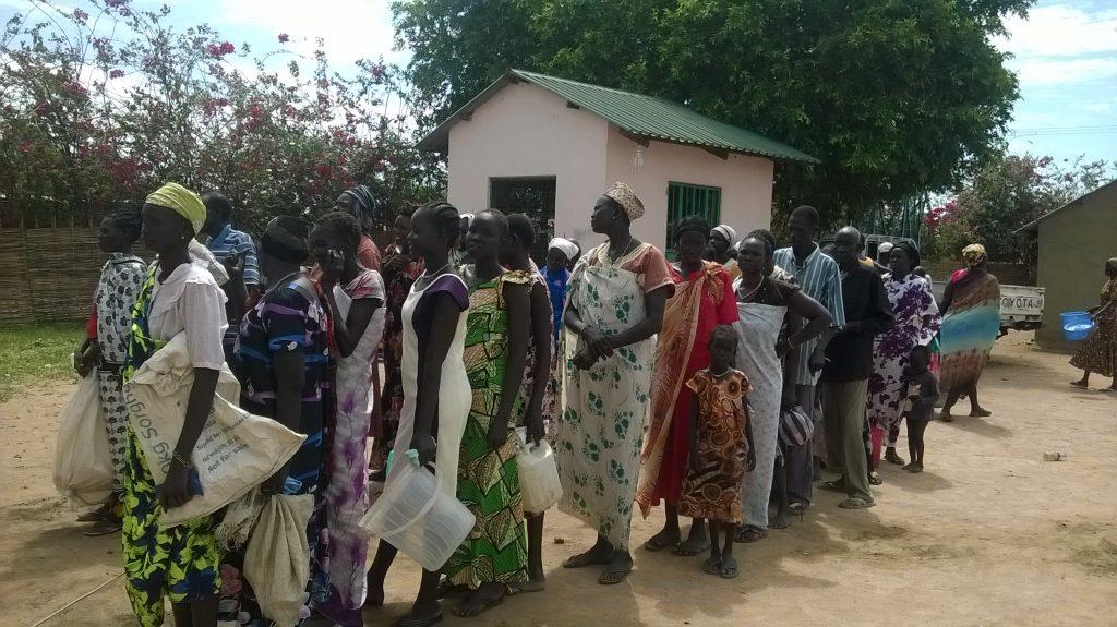 Distribúcia potravinovej pomoci vo farnosti Božského srdca v Rumbeku.