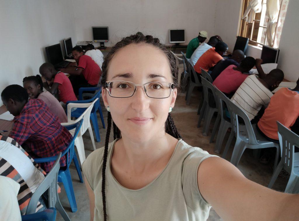 Študenti píšu cvičenia z angličtiny