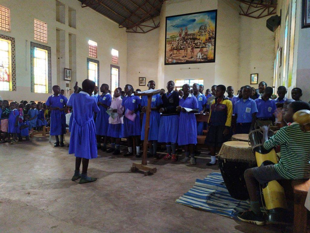 Žiaci spievajú na školskej svätej omši