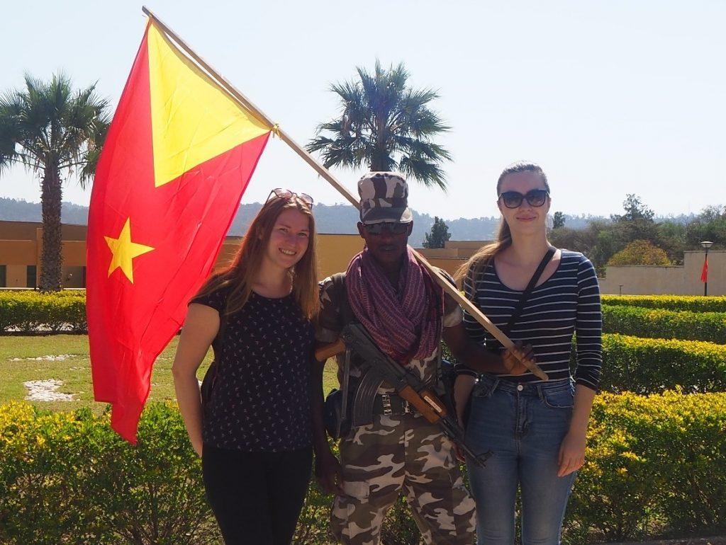 Spoločná fotka s vojakom počas osláv štátu Tigray