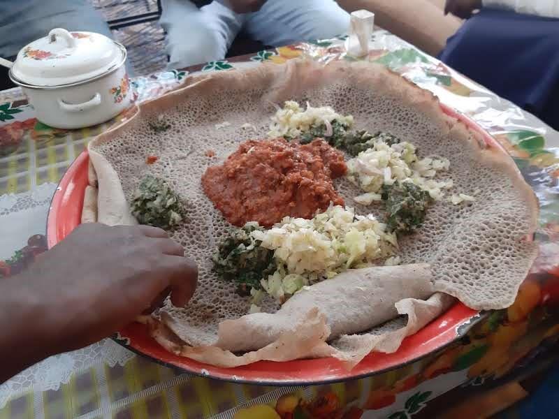 Injera s omáčkou z kozieho mäsa a zeleninovou prílohou