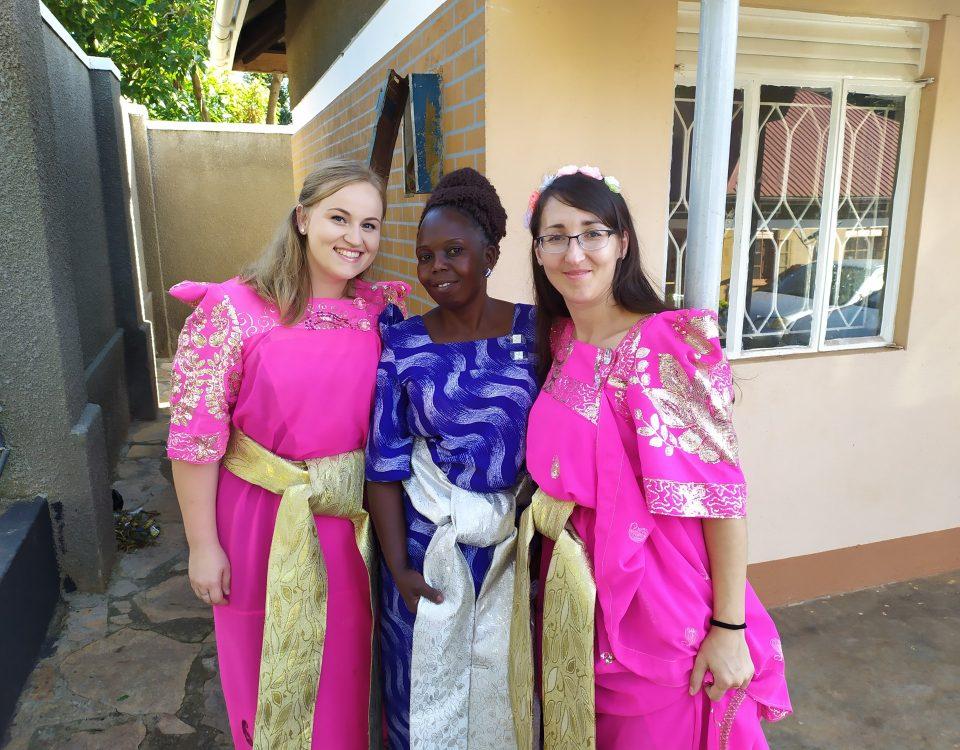 V tradičných šatách - gomesi