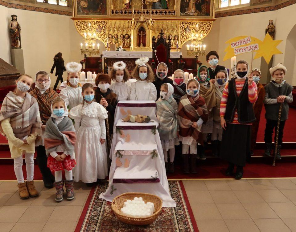 Koledníci z Kežmarku po farskej vysielacej svätej omši, december 2020.